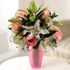 Букет из лилий и розовых роз