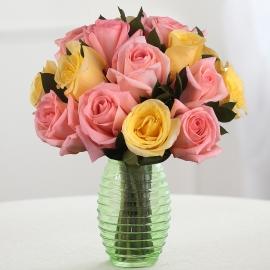 Букет из 15 розовых и жёлтых роз